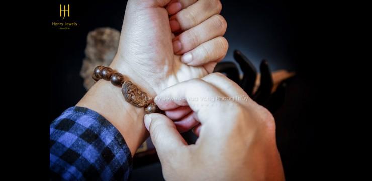 Cách đeo vòng trầm hương và những lưu ý khi sử dụng