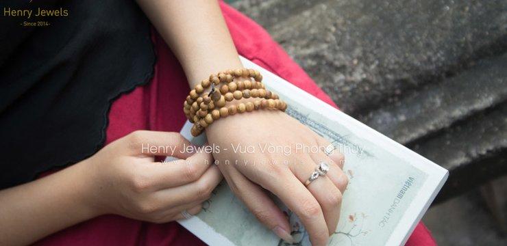Cách đeo vòng tay trầm hương 108 hạt đúng chuẩn nhất.
